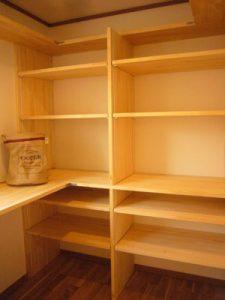 家事室兼パントリー。可動式の棚で生活に合わせた収納が可能に。